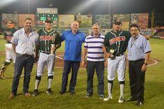Durante el primer juego de la serie final, el Presidente de la Liga Peninsular de Beisbol José Luis Lugo le entregó trofeos a dos melenudos ...