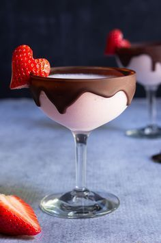 Chocolate strawberry martini – your favorite strawberries and chocolate combo ge… Chocolate strawberry martini – your favorite strawberries and chocolate combo gets a boozy lift in this dangerously delicious cocktail. Fancy Drinks, Cocktail Drinks, Yummy Drinks, Yummy Food, Juice Drinks, Juice 2, Food And Drinks, Delicious Desserts, Alcohol Drink Recipes