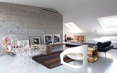 Morador e autor do projeto, o arquiteto italiano Paolo Rizzo. Destaque para a poltrona Joe Colombo (branca) da Kartell.