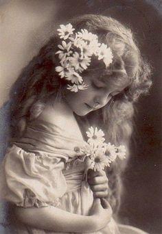 nostalgische plaatjes - Google zoeken Vintage Children Photos, Images Vintage, Vintage Girls, Vintage Pictures, Old Pictures, Vintage Postcards, Old Photos, Antique Photos, Vintage Photographs