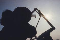 Mehr als 100 Jahre lang – zwischen 1864 und 1980 – erforschten und dokumentierten die Direktoren der Eidgenössischen #Sternwarte die Vorgänge auf der Sonne. Im Zentrum standen dunkle Stellen auf der #Sonnenoberfläche – die #Sonnenflecken. Ihre Anzahl ist ein einfaches und zuverlässiges Mass für die Sonnenaktivität. Die Comet Photo AG hat 1980 die Sternwarte in Zürich besucht und die Sonnenbeobachter beim Sonnenfleckenzeichnen beobachtet. Blog, Astronomical Observatory, Exploring, Centre, Darkness
