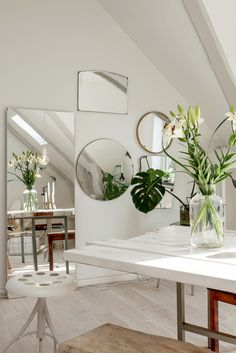 Espejos & Plantas | Atelier Decor  The presence of nature in our home is very important. This time we show you an apartment where the green element and a lot of mirrors of different shapes and sizes on the wall give life to this space so white and bright. The result: Brilliant!