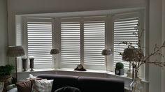 Een prachtige woonkamer en keuken in Driehuis voorzien van Shutters met een Clearview bediening in 2 delen. Een zeer geslaagd resultaat en een elegant uiterlijk aan de woning