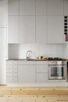 Grey Kitchen Cabinet with Wood Floor. Grey Kitchen Cabinet with Wood Floor. the Psychology Of why Gray Kitchen Cabinets are so Popular Light Grey Kitchens, Gray And White Kitchen, Kitchen Grey, Gray Kitchens, Modern Ikea Kitchens, Country Kitchen, Scandinavian Kitchen Cabinets, Kitchen Decor, Kitchen Ideas