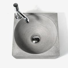 Waschbeton? Betonwaschbecken – formvollendet mit Holzmaserung! Das Runde muss ins Eckige? Dieser Meinung ist Meister Beton auch! Hier wurde der kubistischen Form durch die Rundung im Inneren einen wundervollen Gegenspieler gegeben.Ein Spitzenteam, diese Kugel im Würfel, das sogar Mathelehrer ob des geometrischen Formenspiels zu Design-Fans macht! Doch selbst Holzköpfe müssen nicht traurig sein: Ihnen ist mit der Holzmaserung an den Seiten des Beton-Beckens ein Denkmal gesetzt, das zu einem…