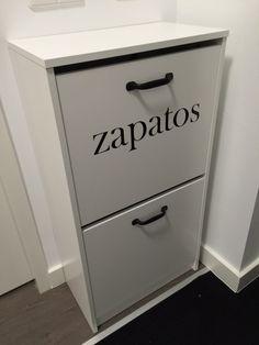 Met 2 mat zwarte meubelgrepen en een sticker maak je van een eenvoudig schoenenkastje een eigen uniek ontwerp.