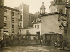 Foto: Urbanity.es (1920). La calle de San Sebastián esquina a la plaza del Angel y a la izquierda, la calle de las Huertas.  Se ve la parte trasera de la iglesia y lo que fue su cementerio. En la derecha, adosado a la fachada del palacio de Tepa, el Reloj Canseco. - Antiguos cafés de Madrid y otras cosas de la Villa.: LA FONDA Y EL CAFÉ DE SAN SEBASTIAN, EL RELOJ DE CANSECO Y UN CEMENTERIO.