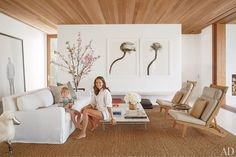 Kelly Klein and her son, Lukas, in the living room of their Palm Beach, Florida,… - Strandhaus Palm Beach, Home Living Room, Living Room Designs, Living Spaces, Lila Sofa, Restoration Hardware Sofa, Celebrity Houses, Celebrity Style, Wood Ceilings