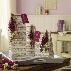 Lavendel matten mit sommerbl ten als tischdekoration for Dekoideen sideboard