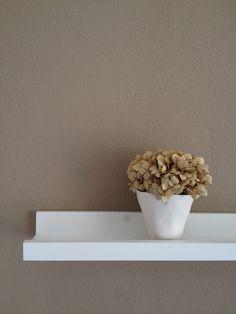 Muro Tortora, mensola bianca, vaso bianco con ortensia essiccata. #bedroom