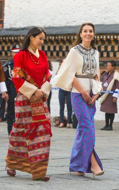 On the fifth day of the royal tour, the Duchess of Cambridge wore a more traditional look as the royal couple visit Thimphu, the capital of Bhutan. Kate Middleton Prince William, Prince William And Kate, Bhutan, Duchess Kate, Duchess Of Cambridge, Traditional Looks, Traditional Outfits, Estilo Kate Middleton, Street Style Blog