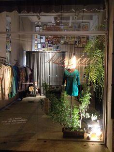 Ainda por aqui terminando um vestido. Olha como fica a iluminação da loja à noite!