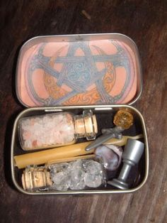 Recycle Reuse Renew Mother Earth Projects: How to make Altoid Tin Traveling Altars.I know many people would like to do this. It seems like a decent Travel Alter! Wicca Witchcraft, Magick, Wiccan Art, Pagan Altar, Wiccan Crafts, Altered Tins, Witch Aesthetic, Kitchen Witch, Healing Crystals
