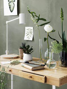 LILLÅSEN skrivbord i bambu, RIGGAD LED arbetslampa med trådlös laddning, CYLINDER vas/skål, TAJT vas i klarglas.