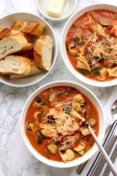 Tomato tortellini soup with zucchini and spinach - a hearty. Tomato tortellini soup with zucchini and spinach - a hearty filling soup thats easy to make and full of vegetables and flavor. Perfect for a cold winter night. Pasta Recipes, Soup Recipes, Vegetarian Recipes, Healthy Recipes, Healthy Soups, Vegetarian Soup, Chili Recipes, Healthy Snacks, Wow Recipe