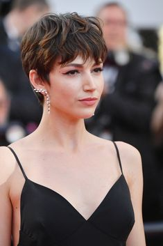 Corte pixie con mecha With wick - The British model has turned her pixie cut into an entire institut Undercut Hairstyles Women, Pixie Hairstyles, Cool Hairstyles, Ladies Hairstyles, Beautiful Hairstyles, Bob Haircuts, Short Hair Cuts, Pixie Cuts, Pixie Bob