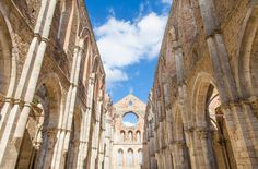 The #AbbeyofSanGalgano, in green the @ValdiMerse region... It's the fascinating medieval Cistercian abbey without the roof, because in ruins. Close to the #HermitageofMontesiepi you can find a chapel which preserves the 'sword in the stone' which San Galgano himself plunged in 1180 into a rock to have an altar to pray at... A fascinating mystery that mingles with the Celtic legend of King Arthur and his sword Excalibur.