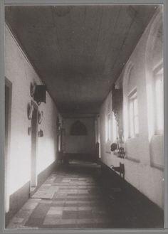 Interieur van een gang in het Burgerweeshuis, dat gevestigd was in Mariënhof.