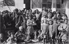 and violent expulsions of ethnic Greeks from Asia Minor and Muslims from Greece, as told not only by historians but also the refugees themselves. Old Photos, Vintage Photos, National Historical Museum, Old Greek, Greek History, Photographs Of People, In Ancient Times, Thessaloniki, Homeland