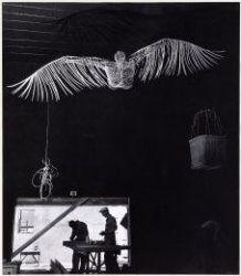 Inrichting van de internationale tentoonstelling over kernenergie op Schiphol. Aan het plafond een vogelmens. Deze foto maakt deel uit van een representatieve selectie uit het archief van de fotograaf gemaakt in opdracht van het Amsterdams Fonds voor de Kunst. Afmetingen: 345 x 300 mm.