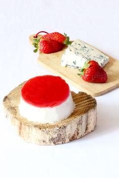 """750g vous propose la recette """"Panna cotta roquefort & fraises/basilic"""" notée 4.1/5 par 28 votants."""