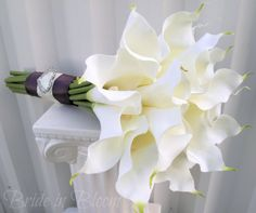 Calla Lily symbolizes magnificence and beauty. White Calla lilies combine these two attributes with purity and innocence associated with the color white to make it the perfect choice of flower in a Wedding bouquet. Bouquet Bride, Calla Lily Bridal Bouquet, Calla Lily Wedding, White Wedding Bouquets, Flower Bouquet Wedding, Boquette Wedding, Floral Wedding, Trendy Wedding, Wedding Ideas