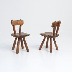 These sculptural brutalist oak chairs can be dated in the These hand-carved chairs are pure and imperfect. 1950s Art, Cabinet Makers, Brutalist, Wabi Sabi, Vintage Designs, Bar Stools, Hand Carved, Carving, Pairs