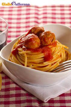Gli SPAGHETTI CON LE POLPETTINE (spaghetti and meatballs) sono un simbolo del #madeinitaly in tutto il mondo, un #primopiatto goloso con sferette di carne ad impreziosirlo. #video #ricetta #GialloZafferano #italianrecipe #italianfood #meatballs #polpette