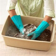 Pasta Piedra  cemento rápido 600 grs  enduido plástico 400 grs  agua 100 cc  adhesivo vinílico 50 cc.  Coloca el cemento en un recipiente apropiado.  Añade el enduido, de a poco,revolviendo, de forma constante. Incorpora el adhesivo vinílico.Por último, agrega el agua, integrando bien todos los elementos.  Puedes estirar esta masa con palote y cortar con cortapastas.  Debes trabajar muy rápido porque comienza a fraguar enseguida, si bien su fraguado total, recién se completa a los 5 días…