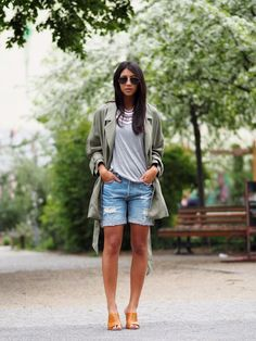 Street style look com shorts jeans, camiseta cinza e casaco verde. Short Outfits, Spring Outfits, Casual Outfits, Fashion Outfits, Jeans Fashion, Casual Jeans, Bermuda Shorts Outfit, Denim Outfit, Denim Shorts