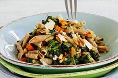 Fuldkornspasta med spinat, rodfrugt og pinjekerne