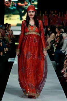 Malli esittelee kuvioita kiitotien Ghea Pangabean aikana juhlii 30 vuottaan Muotinäytös neljäntenä päivänä Jakartan Fashion Week ...