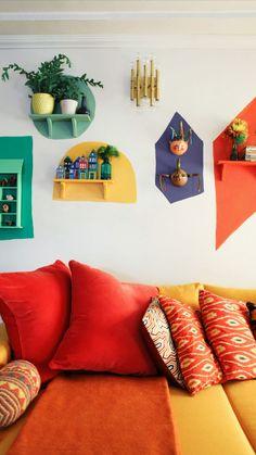 Colorful Retro Living Room With A Yellow And Red Sofa And Bright Touches Buntes Retro Wohnzimmer mit einem gelben und roten Sofa und hellen Noten, Retro Home Decor, Cheap Home Decor, Diy Home Decor, Funky Decor, Interior Home Decoration, Art Decor, Interior Decorating Styles, Interior Livingroom, Decorating Websites