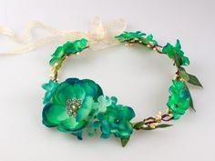 Ślubny wianek z tekstylnych kwiatów. Zdobiony miętowymi kwiatami i kryształkami. Wiązany z tyłu koronkową wstążką. Idealny dodatek do Twojego radosnego nastroju.   Do kupienia w sklepie internetowym Madame Allure. #wianek #ślub #wesele #madameallure