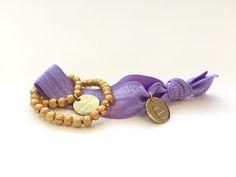 #braclets #elastic #pearls #armbänder #perlen #DPbeanies #flieder #gold #lilac Bracelets, Gold, Jewelry, Fashion, Lilac, Beads, Moda, Jewlery, Jewerly