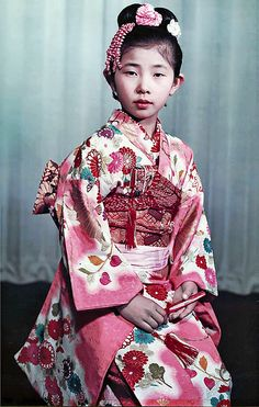 SOPHISTICATION. From the way they dress to the way they carry out themselves. Just look at that expression.   (Early Mayumi-Kimono, 1952)