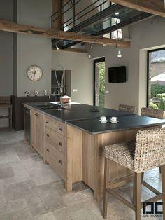 plan de travail en granit noir et meuble en bois pour une ambiance