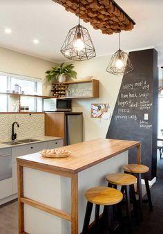 Invista em uma pintura diferente para umas das paredes da cozinha!