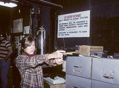 Carrie Fisher practicing her shooting skills for her role as Princess Leia. Carrie Frances Fisher, Princes Leia, Photography Movies, Leia Star Wars, Han And Leia, Star Wars Film, Mark Hamill, The Empire Strikes Back, Queen