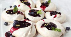 Pavlova with blueberry jam