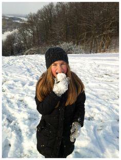 Arendse spiser et sneæble, Brænholdt 2012