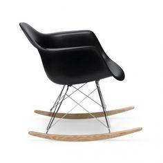 Fauteuil eames Plastic rar  À l'occasion du concours « Low Cost Furniture Design » du Museum of Modern Art de New York, Charles et Ray Eames ont présenté les créations du Plastic Chair Group. Ces premiers sièges synthétiques de fabrication industrielle arrivèrent sur le marché en 1950.  Designer :CHARLES & RAY EAMES Marque :VITRA Couleur :NOIR Dimensions : L 62,5cm P 69cm H 67cm Assise 33 cm  #Jbonet #design #Vitra