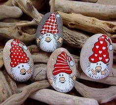 Cómo pintar piedras: Especial Navidad - A gusto en casa - 11 ideas para pintar piedras en Navidad. Christmas painted rocks - - h Christmas Rock, Christmas Crafts, Christmas Decorations, Christmas Ornaments, Xmas, Pebble Painting, Pebble Art, Stone Painting, Stone Crafts