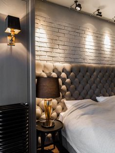 brick cladding on the interior and directional lighting Master Bedroom Design, Modern Bedroom, Brick Cladding, Le Logis, Decoration Bedroom, House Tiles, Headboards For Beds, Glam Room, Beautiful Interiors