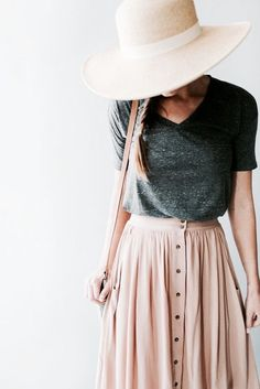Summer outfit: Wide-brim hat, v-neck shirt, long skirt. The Best of casual outfits in 2017.
