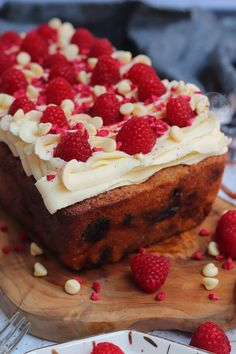 A Simple and Delicious White Chocolate Raspberry Loaf Cake with White Chocolate Buttercream Frosting and Fresh Raspberries! Sponge Cake Recipes, Cake Mix Recipes, Frosting Recipes, Cupcake Recipes, Dessert Recipes, White Chocolate Raspberry Cake, White Chocolate Desserts, Chocolate Fudge, Tray Bake Recipes