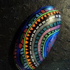 75, galet peint à l'acrylique dans les tons bleu, rouge orange, rose, noir