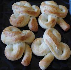 St. Patrick's Day Shamrock Buns Tutorial.                                                http://creativetryals.blogspot.com/2011/03/st-paticks-day-shamrock-buns-tutorial.html
