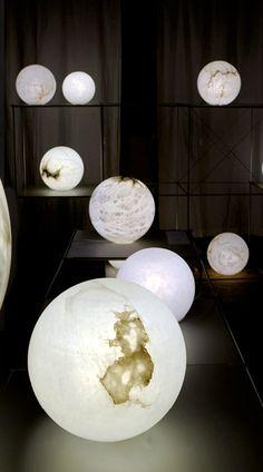 La lampe Uno est l'expression la plus naturelle de la sphère. Tel un astre, elle invite à une infinie contemplation. De différents diamètres, de différents albâtres, elle est toujours unique.  :::::::::::::::::::::::::::::::::::: The Uno lamp is our most natural expression of the sphere. Like a star, it calls for infinite contemplation. Different dimensions, different alabaster- always unique.