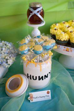 Winnie the Pooh Hunny cake pops Cute Baby Shower Ideas, Baby Shower Favors, Baby Shower Parties, Baby Shower Themes, Baby Boy Shower, Baby Shower Decorations, Baby Showers, Winnie The Pooh Decor, Winnie The Pooh Honey